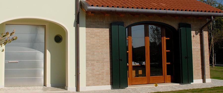 Ddm infissi in legno porte finestre e serramenti a - Portoni da esterno prezzi ...